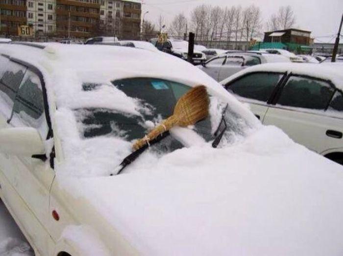 limpia parabrisas contra la nieve con una escoba