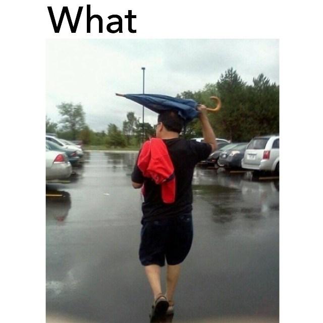 Hombre que no sabe para que utilizar la sombrilla