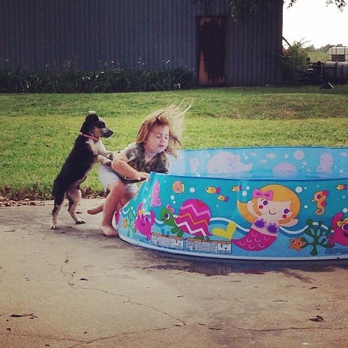 niña que la avienta el perro a su alberca