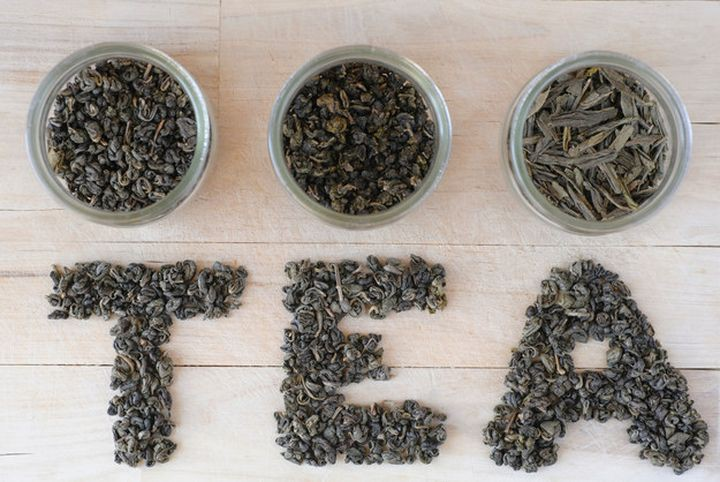 usar o chá verde para neutralizar odores laje