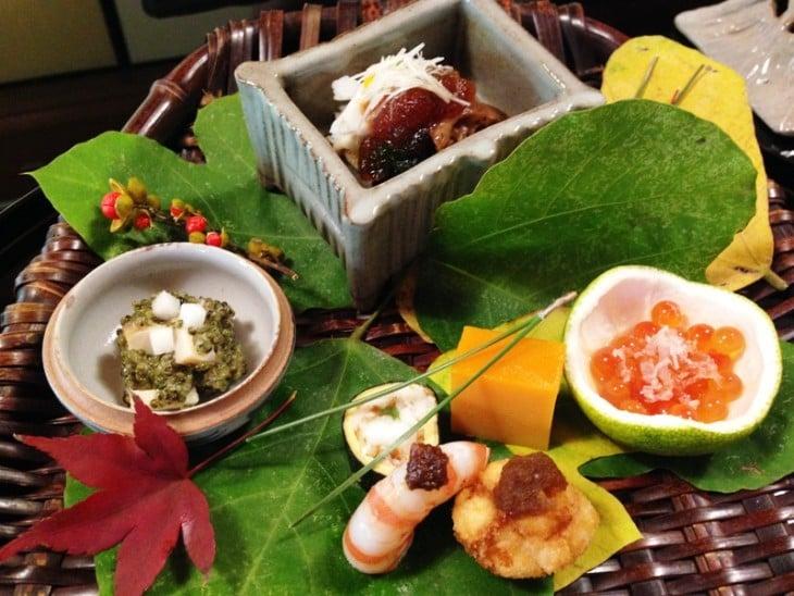 sushi servido com todos os condimentos em Kitcho Arashiyama Honten, Kyoto, Japão