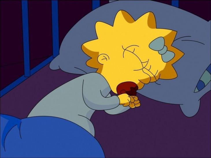 maggie dormida en su cuna con su chupon