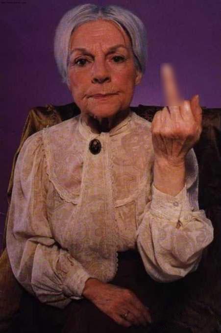 mujer anciana sacando dedo