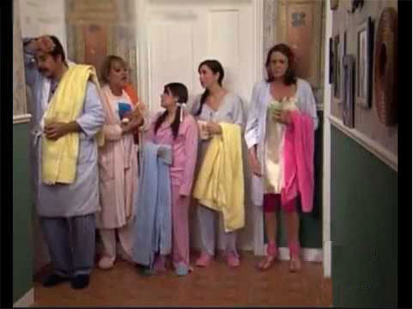 una familia de 10 esperando el turno en el baño