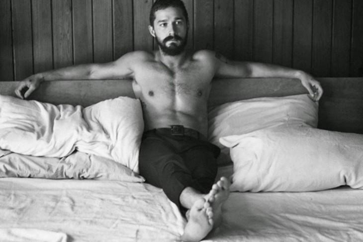 hombre de transformers reflexionando sobre la cama