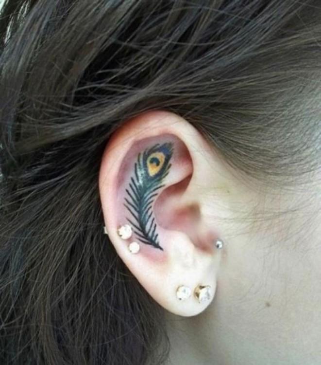 tatuaje en la oreja pluma
