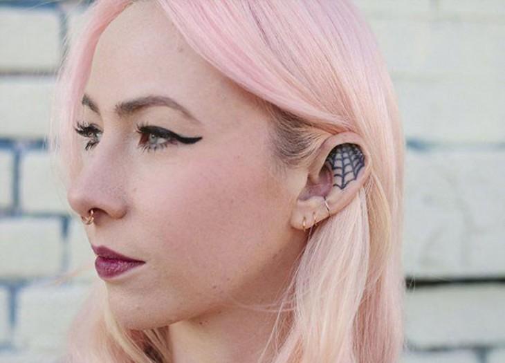 tatauaje en la oreja en forma de una telaraña