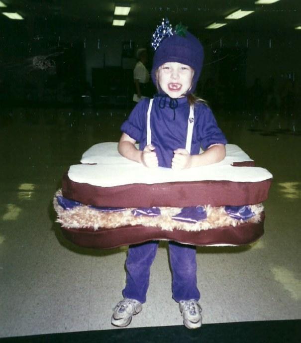 niña disfraza de mermelada de uva