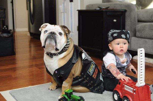 niño y perro disfrazados de mercenarios de la carretera