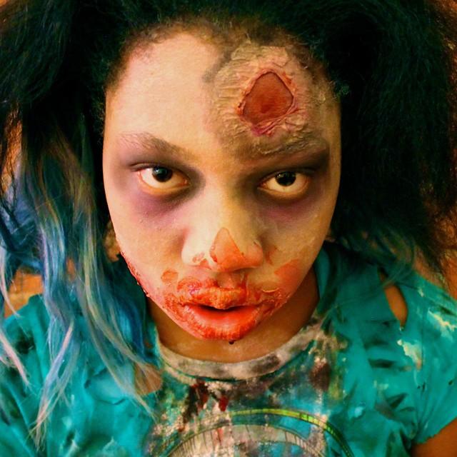 niña disfrazada de zombie con caracterización de maquillaje