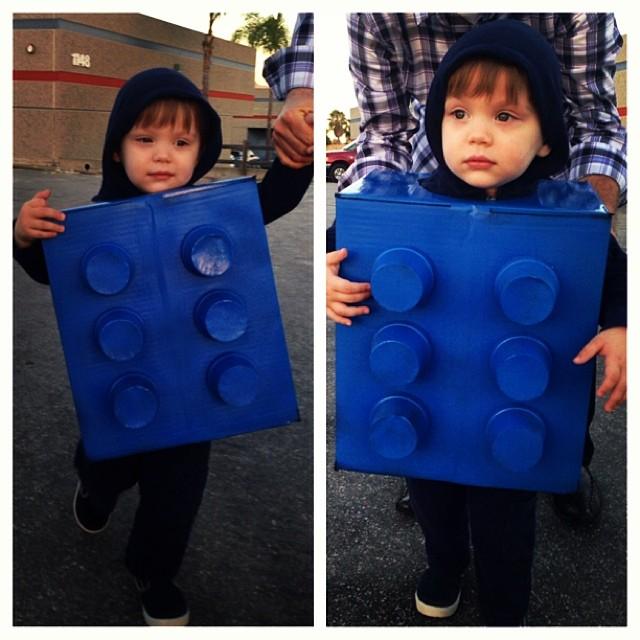 niño con una pieza de lego