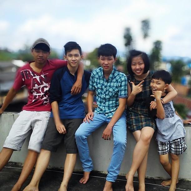 hermanos asiaticos sonriendo para la foto