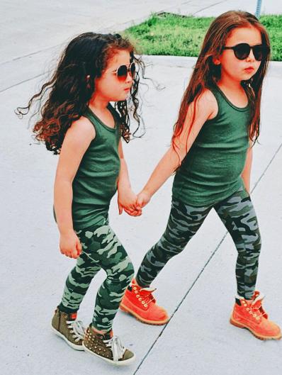niñas vestidas estilo militar hermanas pelirrojas