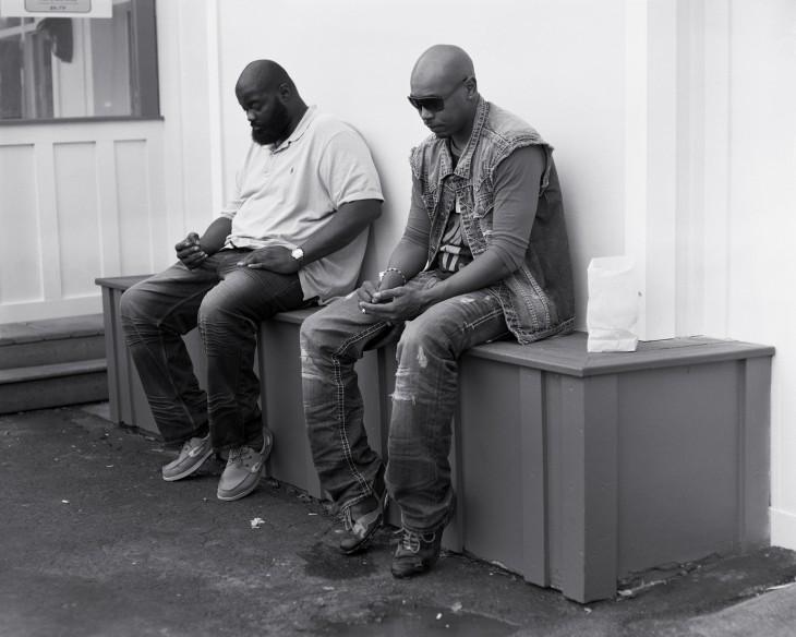 amigos a la hora del lonche viendo sus celulares
