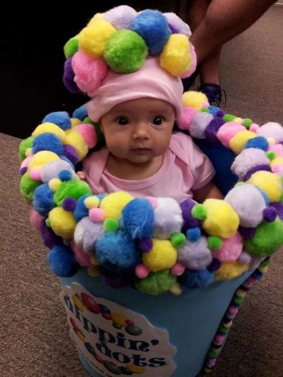 disfraz de niña enel bote de bolas