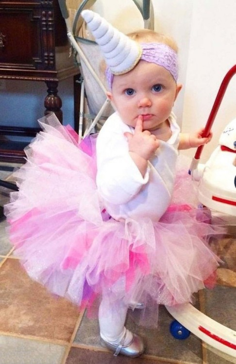 bebé disfrazada de unicornio