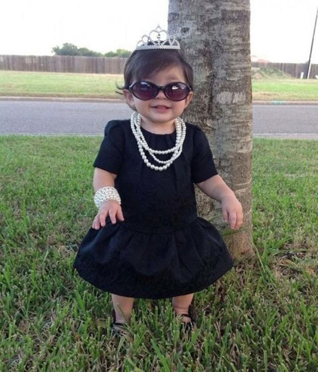 bebe disfrazada de Audrey Hepburn