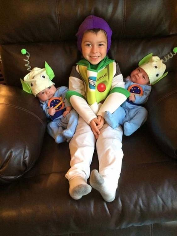 niño con sus hermanitos disfrazados buzzlihgt year