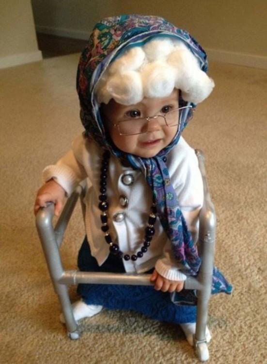 bebita disfrazada de abuelita