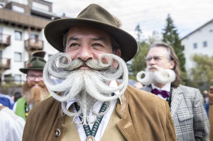 hombre vestido de café con un sombrero y una barba y bigote peinados