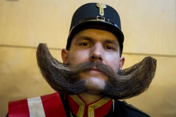 Hombre con un atuendo de general y un gran bigote y barba peinado hacia los lados