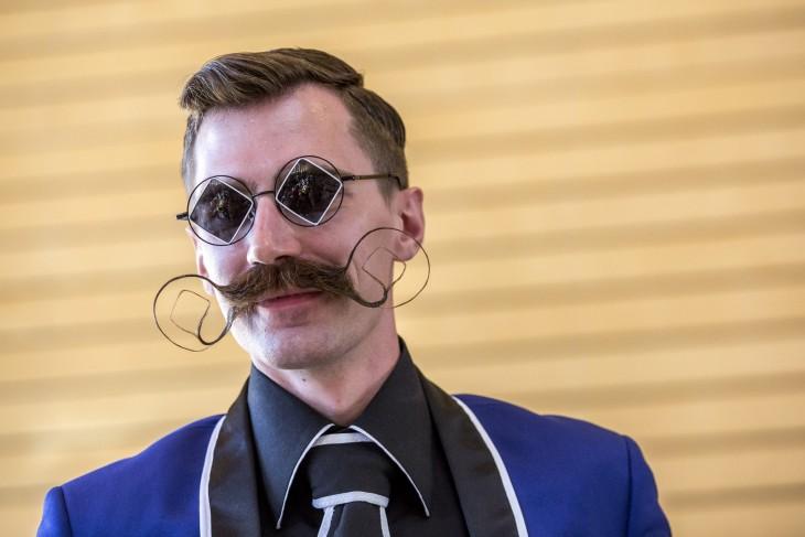 foto de un hombre con lentes y un gran bigote peinado con la forma de sus lentes