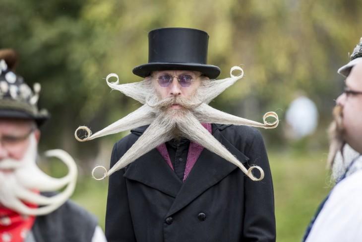 Foto de un hombre con grande barba en forma de estrella