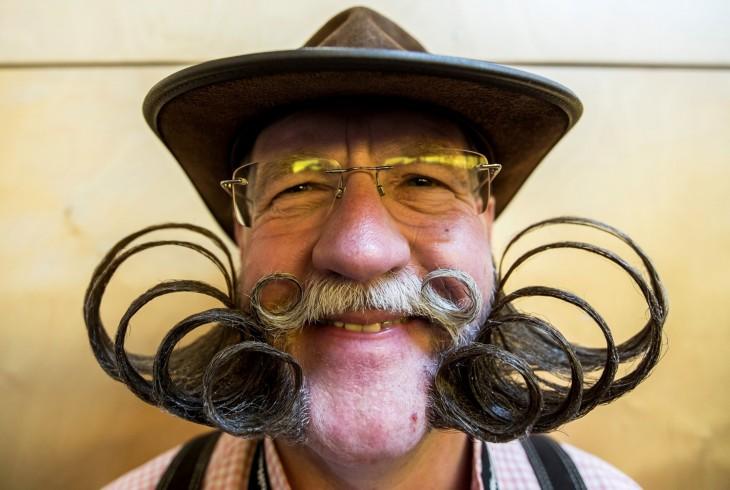 Cara de un hombre con un gran bigote y una gran barba peinada hacia arriba