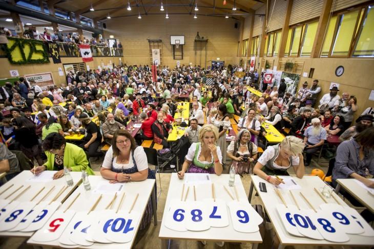 foto que muestra personas asistentes y el jurado del Campeonato Mundial de Barba y Bigote 2015