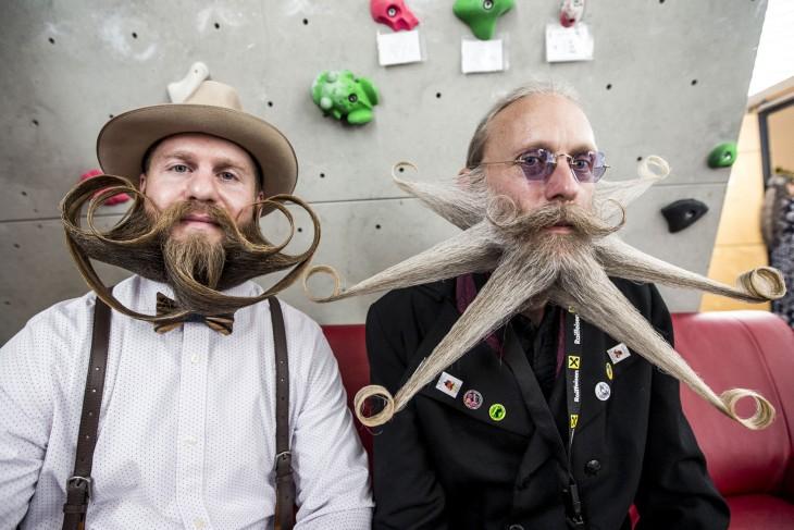 Fotografía de dos hombres con grandes barbas y bigotes en el Campeonato Mundial de Barba y Bigote