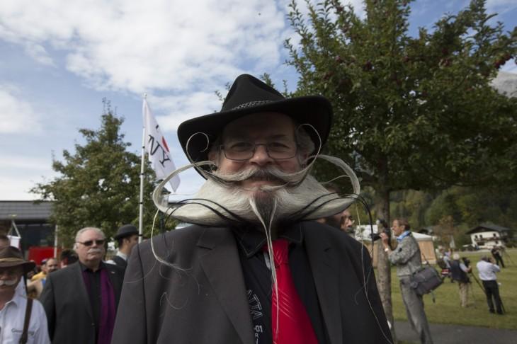Hombre con sombrero y una gran barba peinada hacia arriba