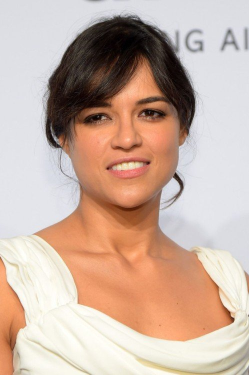 cara de la actriz Michelle Rodríguez en vestido blanco