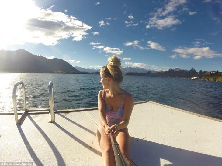 selfie de una chica sentada en un bote navegando sobre el mar