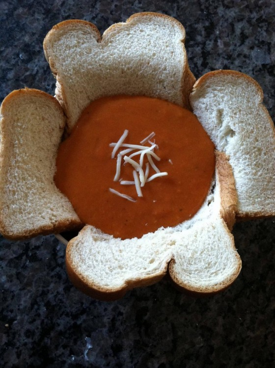sopa sobre un recipiente hecho con pan
