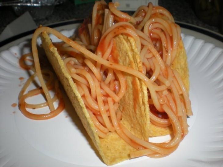plato con tacos de espagueti