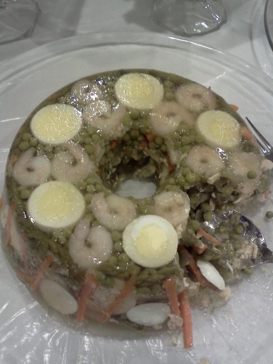 gelatina fría de limón rellena de huevos cocidos y camarones