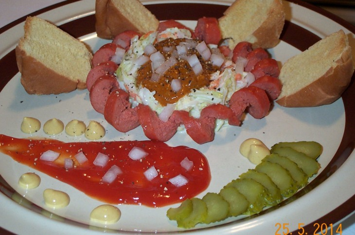 platillo con pan alrededor de salchicha con repollo