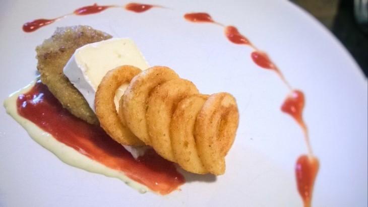 platillo de nuggets con queso brie y mayonesa con salsa catsup