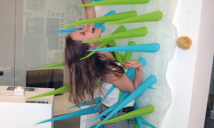 cortina de baño con picos inflables con una chica en medio