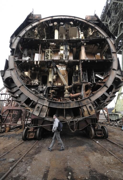 interior de un submarino partido a la mitad