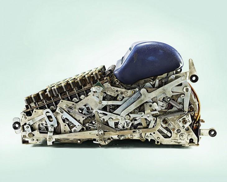 imagen de una vieja calculadora mecánica partida a la mitad