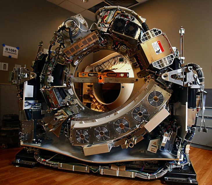 máquina de escáner cortada a la mitad