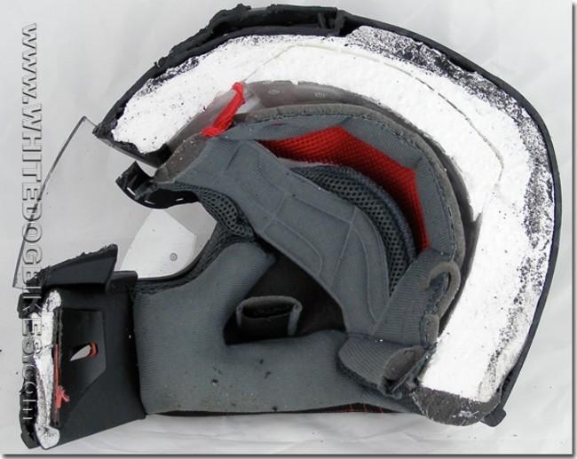 casco de motocicleta partido a la mitad