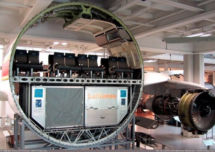 interior de un avión comercial cortado por la mitad