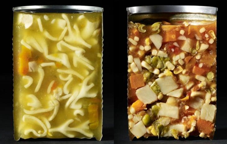 interior de una una lata de fideos y vegetales partidas a la mitad