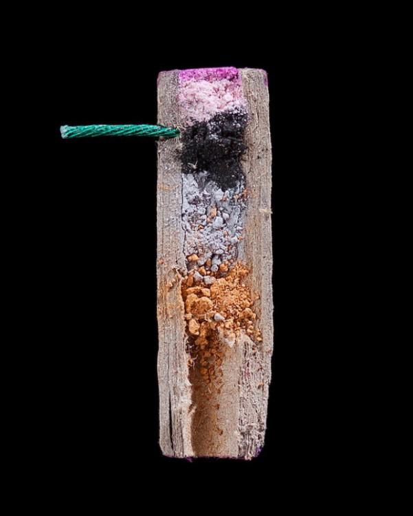 interior de un fuego artificial partido por la mitad