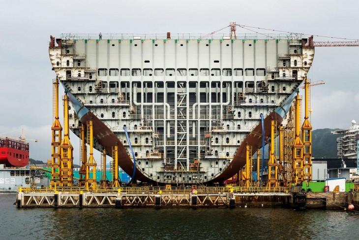 interior de la estructura de un Barco para transportar contenedores partido por la mitad