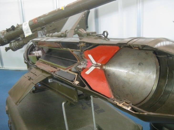 fotografía de un misil partido a la mitad