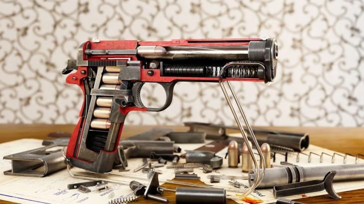 interior de una pistola cortada justo a la mitad