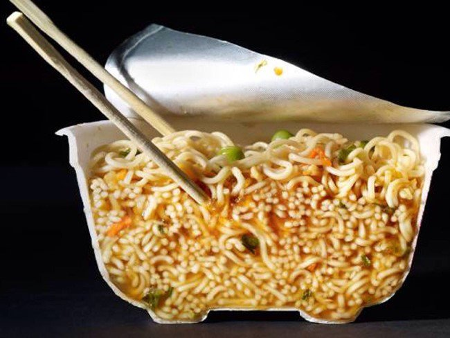 interior de una sopa instantánea partida a la mitad